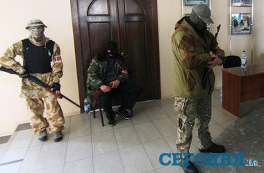 Оплотовцы помогают власти  защищать здания в Донецке