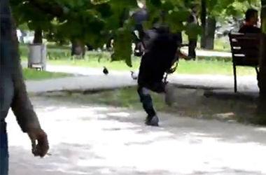 """""""Мирный протестующий"""" пробежался по Мариуполю с автоматом Калашникова"""
