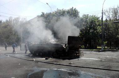 В центре Мариуполя подожгли  БМП