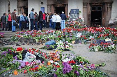 Одесский дом профсоюзов после трагедии: цветы и антисемитские лозунги