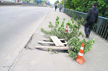 В Киеве на мосту провалился пешеходный переход