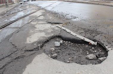 """""""Укравтодор"""" отчитался о самых плохих дорогах в стране"""