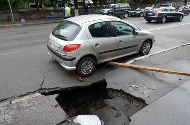 В Киеве под машиной провалился асфальт