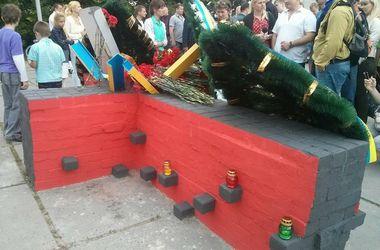 На Дарнице открыли памятник Героям Майдана