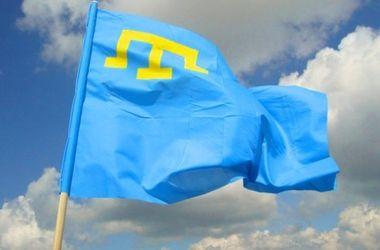 Самый большой в Украине крымскотатарский флаг развернули в Киеве
