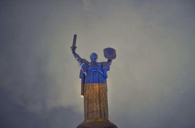 В Киеве Родина-мать стала желто-голубой