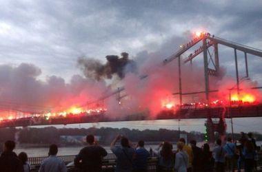 Футбольные фанаты зажгли тысячи файеров на Пешеходном мосту в Киеве