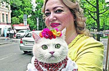 Как в Киеве прошел парад вышиванок: люди приносили грудничков и кошек с бусами на шее