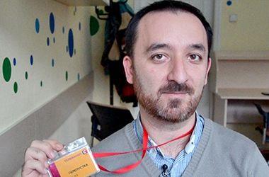Задержанного крымского журналиста уже несколько часов допрашивают сотрудники ФСБ