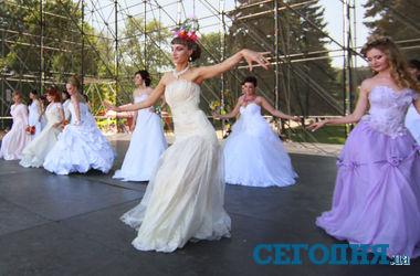 "В Донецке прошел ""Парад невест"""