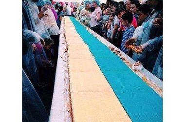Жителей Киева накормили огромным тортом в виде украинского флага