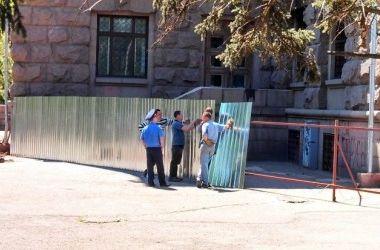 Дом профсоюзов на Куликовом поле в Одессе ограждают забором
