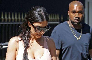 Ким Кардашьян без нижнего белья ходит по магазинах с женихом