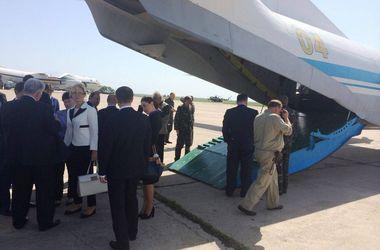 ФОТОФАКТ. Министры Яценюка прилетели в Николаев на военном самолете