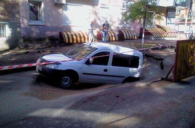 В Киеве снова провалился асфальт, автомобиль завис над пропастью