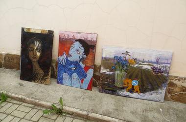 Харьковская художница создает картины из земли, песка и лепестков цветов