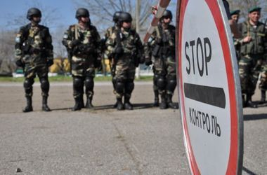 Украинские пограничники помешали людям в камуфляже засыпать защитные рвы на границе