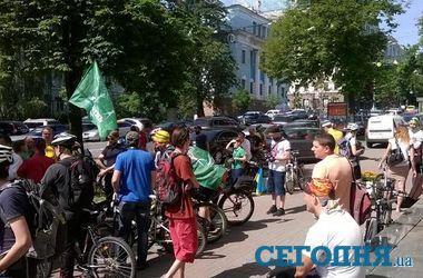 В центре Киева митингуют велосипедисты в вышиванках