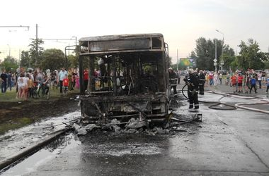 Подробности автопожара на Троещине: в автобусе взорвалась шина