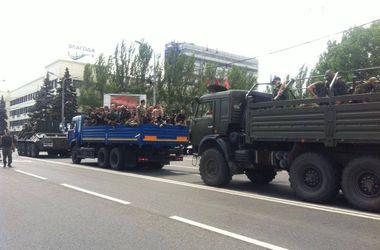 Вооруженные боевики покидают центр Донецка на БТРах и КамАЗах