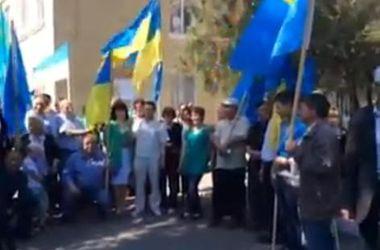 Крымские татары приехали голосовать в Херсонскую область с флагами Украины