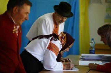 Украинцы голосуют: на участки приходят и маленькие дети, и пожилые на костылях