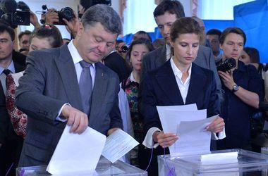 Как голосовали випы: Порошенко приехал с охраной, Тягнибок устроил фотосессию, а Кучма крестился