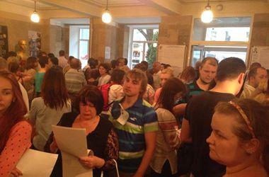 На участках в Киеве были очереди даже в последний час работы