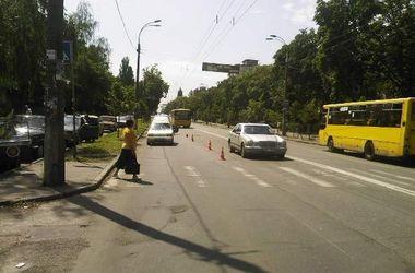 В Киеве водитель сбил пенсионерку рядом с пешеходным переходом