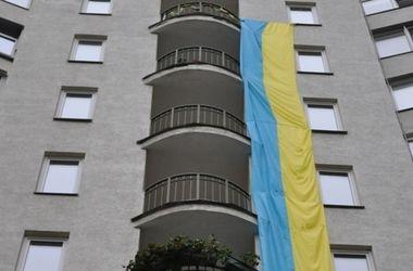 В Киеве на доме вывесили огромный сине-желтый флаг
