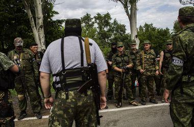 """В Мариуполе идет бой между бойцами батальона """"Азов"""" и боевиками """"ДРН"""" - очевидец"""
