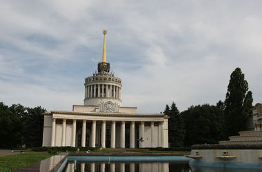 В Киеве спасатели сняли очень пьяную девушку с крыши Выставочного центра