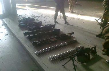 В Донецком аэропорту украинский спецназ собрал оружие, оставшееся от террористов
