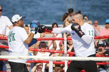 Александр Усик провел открытую тренировку на пляже в Одессе