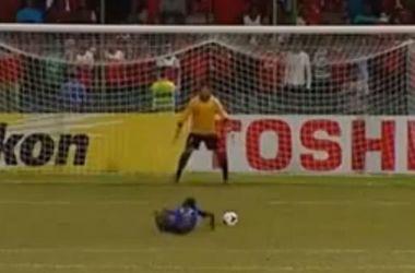Курьезный гол с пенальти: разбежался, упал - забил