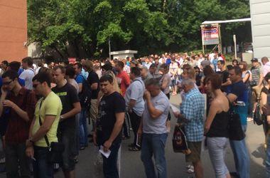 В Днепропетровске сотни людей пришли сдавать кровь для раненых в АТО военных