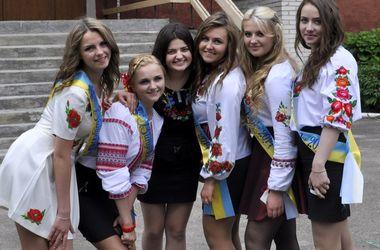Патриотический выпускной в Украине: маки в волосах, платья-вышиванки и рок-гимн