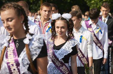 В Харькове школьники танцевали прощальный вальс и купались в фонтанах