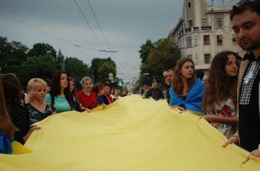 В Харькове развернули 75-метровый флаг Украины и спели гимн