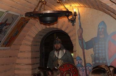 На Золотых воротах гостей встречали древнерусские воины