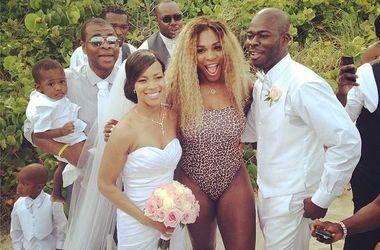 Серена Уильямс посетила свадьбу в леопардовом купальнике