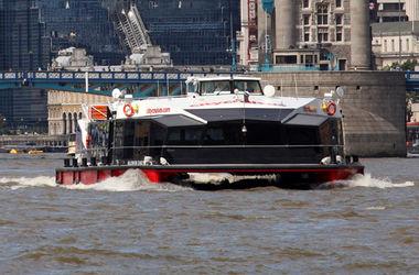 Теплоход с туристами врезался в Тауэрский мост в Лондоне