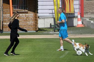 Бастиан Швайштайгер сыграл в футбол с собакой