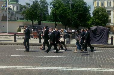 Дипломатические делегации начали съезжаться в Софиевский собор к Порошенко (обновлено)