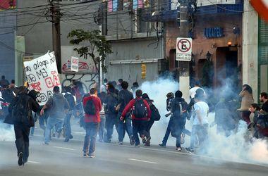 В Сан-Паулу, где будет открыт ЧМ-2014, полиция разгоняет протестующих слезоточивым газом