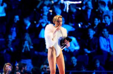 Майли Сайрус высмеяла Селену Гомес на своем концерте