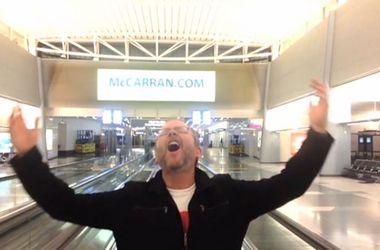 Мужчина, застрявший в аэропорту Лас-Вегаса, снял оригинальное видео
