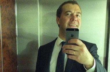 Медведев опубликовал в Instagram селфи в лифте