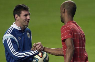 Аргентинский футбольный болельщик прорвался на поле и почистил бутсы Месси