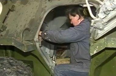 Оружие для украинских военных ремонтируют женщины